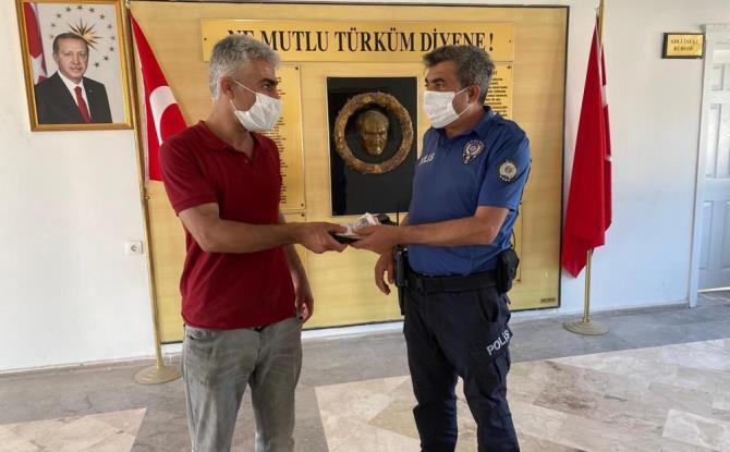 YOLDA BULDUĞU PARAYI POLİS MERKEZİNE GÖTÜRDÜ